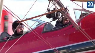 Tom Cruise vuela un biplano de la Segunda Guerra Mundial (1)