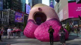Una artista crea una escultura gigante con 365.000 uñas postizas en homenaje a las víctimas del coronavirus