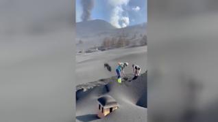 La batalla perdida contra el volcán: lo que no se ha llevado la lava está bajo un grueso manto de ceniza