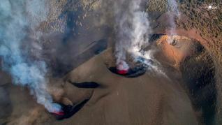 Dos de las bocas del volcán de La Palma siguen aportando lava a las coladas