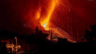 """La Palma cumple un mes como rehén de su volcán y los expertos avisan: """"La naturaleza furiosa no tiene control"""""""