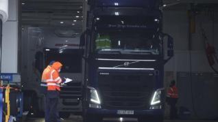 Johnson concederá visados a transportistas de la UE para paliar el desabastecimiento