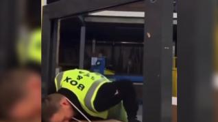 La torpeza de dos empleados de mensajería al quedarse atrapados por culpa de una máquina de embalar cajas