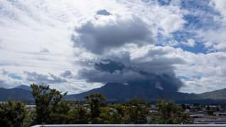 Entra en erupción el monte Aso, en Japón, expulsando flujos piroplásticos y una gran columna de humo