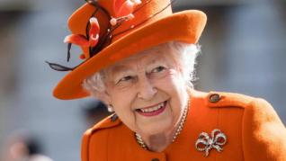 La Reina Isabel II es hospitalizada durante una noche