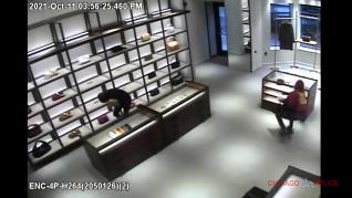 La policía de Chicago solicita ayuda para identificar a dos ladrones que asaltaron una tienda y se llevaron bolsos de lujo