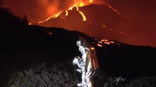 Así son los trajes de protección que usan los de la UME para caminar sobre las coladas de lava de La Palma