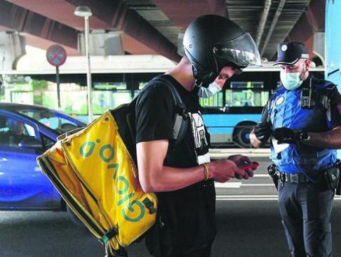 la-policia-ha-hecho-este-miercoles-controles-en-zonas-con-limitaciones-en-la-foto-puente-de-vallecas.r_d.478-321