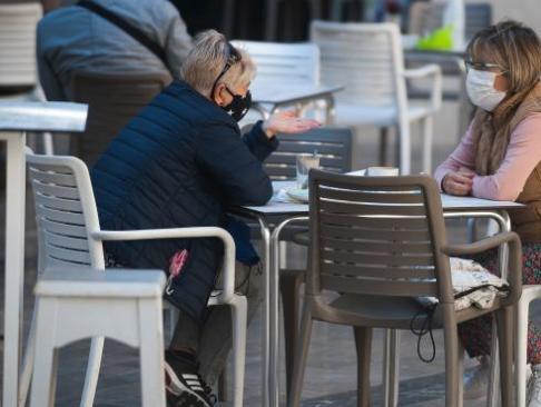 mlg-26-10-2020-consumidores-de-terrazas-bares-y-cafeterias-de-malaga-portan-sus-mascarillas-ante-la-obligatoriedad-de-portarlas-mientras-no-se-este-consumiendo-alex-zea