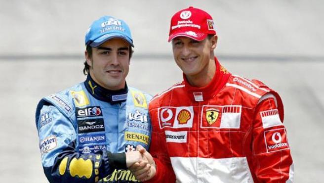 Deportividad ante todo. El piloto español de Fórmula Uno, Fernando Alonso, del equipo Renault, saluda al piloto alemán de Ferrari, Michael Schumacher, antes del Gran Premio de Brasil de 2006.