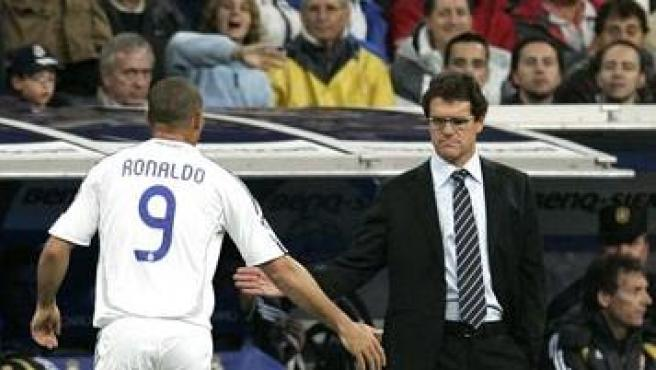 El jugador brasileño del Real Madrid Ronaldo saluda al entrenador italiano Fabio Capello al ser sustituido. (Efe)
