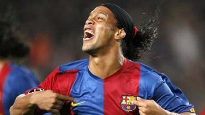 Abrió el marcador. El jugador del F.C Barcelona, Ronaldinho, celebra su gol contra el Werder Bremen, el primero en subir al marcador en el Camp Nou.