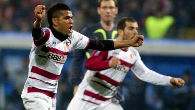 Dani Alves celebra un gol con el Sevilla. (Efe/Archivo)