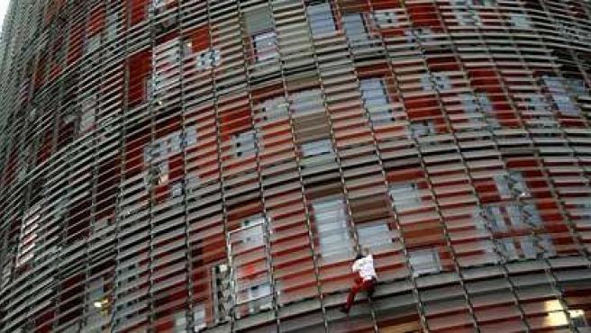 Spiderman en Barcelona. El escalador Alain Robert, conocido como el Spiderman francés, comienza a escalar la Torre Agbar de Barcelona. Tardó hora y media en coronarla.