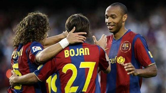 Henry y Puyol felicitan al joven Bojan, autor de dos goles.