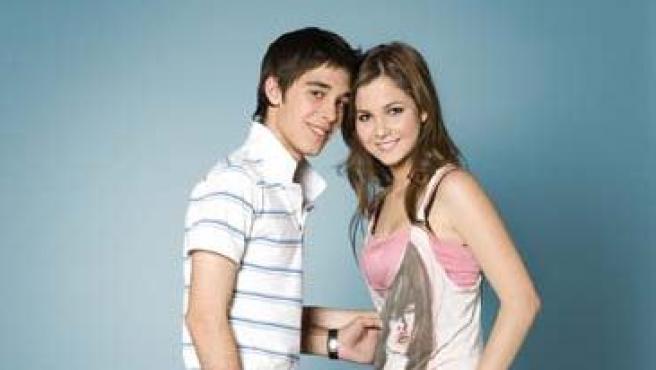 Víctor Elías y Natalia Sánchez son hermanastros y pareja en la ficción.