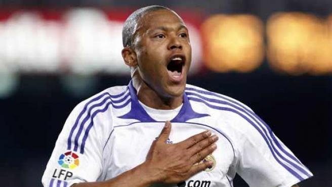Baptista celebra el tanto que dio la victoria al Real Madrid en el Camp Nou hace un año (0-1).