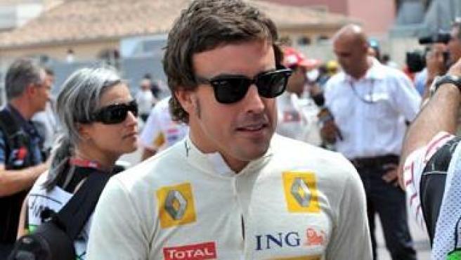 El piloto español Fernando Alonso, de la escudería Renault, tras la primera sesión de entrenamientos libres del Gran Premio de Mónaco.