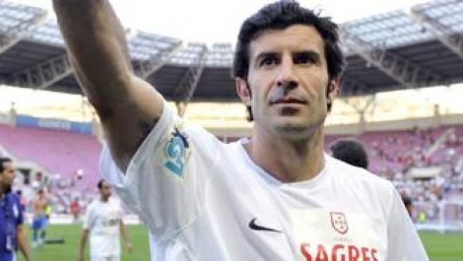 El jugador portugués Luis Figo saluda al público tras un partido benéfico.