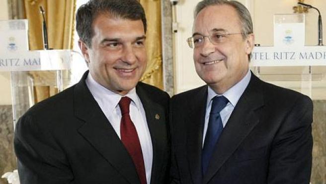 <p>Los presidentes del Real Madrid, Florentino Pérez, y del F. C. Barcelona, Joan Laporta, se saludan en las horas previas al partido que ha enfrentado a los dos equipos.</p>