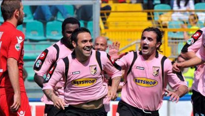 Los jugadores del US Palermo Fabrizio Miccoli (i) y Giovanni Tedesco (d) celebran un gol contra el Cagliari