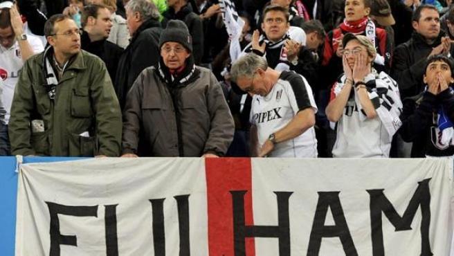 Los rivales. Los seguidores del Fulham, muy desilusionados con la derrota ante el Atlético.