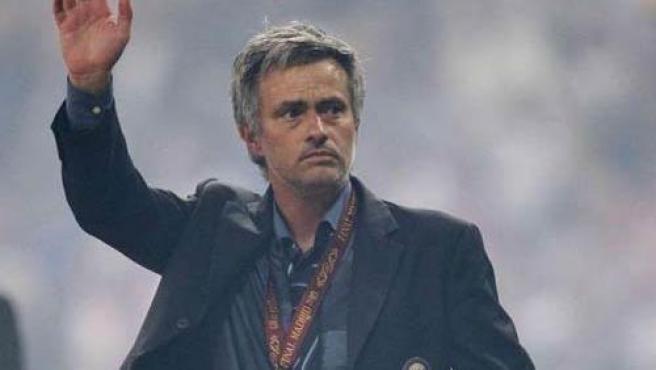 El entrenador portugués Jose Mourinho se despide de la afición del Inter en la final de la Champions.