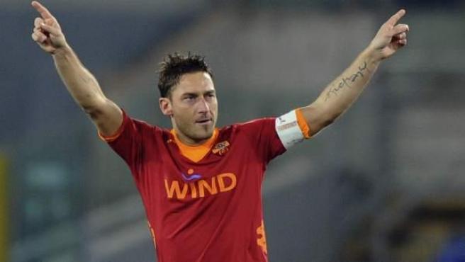 Francesco Totti, delantero de la Roma, celebra uno de sus goles al Cesena.
