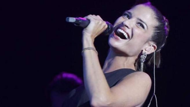 Natalia Jimenez, durante su actuación en la octava gala de los Premios Amigo 2007.