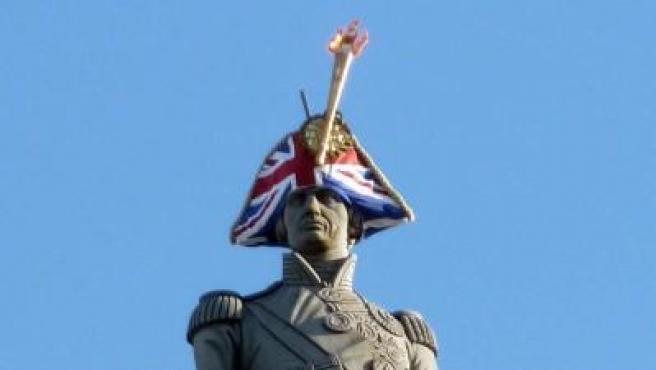 La conocida estatua del admirante Nelson que corona la plaza Trafalgar de Londres lleva estos días un sombrero con la cruz de la Union Jack y una antorcha olímpica en homenaje a los Juegos Olímpicos que se celebran en la capital británica.