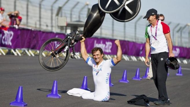 El ciclista italiano Alessandro Zanardi celebra su victoria en la contrarreloj individual masculina H4 de la competición de ciclismo de los Juegos Paralímpicos de Londres 2012 en Londres, Reino Unido.