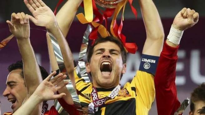 Iker Casillas levanta el trofeo que acredita a España como vencedor de la Eurocopa 2012.
