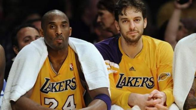 Kobe Bryant y Pau Gasol, en el banquillo.