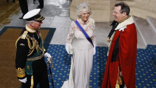 El príncipe Carlos y la duquesa Camilla, a su llegada al Parlamento inglés.