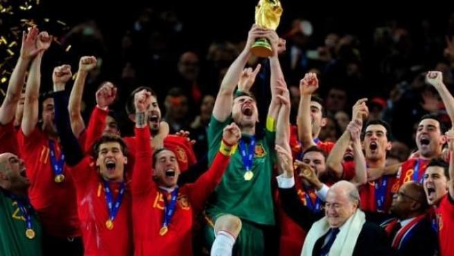 Casillas levanta la Copa tras la victoria de España en el Mundial.
