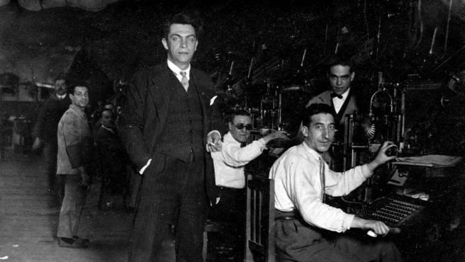 De pie y en primer plano, el periodista y antifranquista español Manuel Chaves Nogales