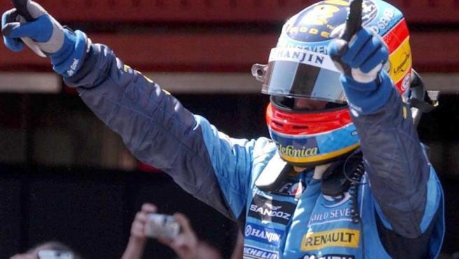 El piloto español Fernando Alonso (Renault) festeja el segundo campeonato del mundo.