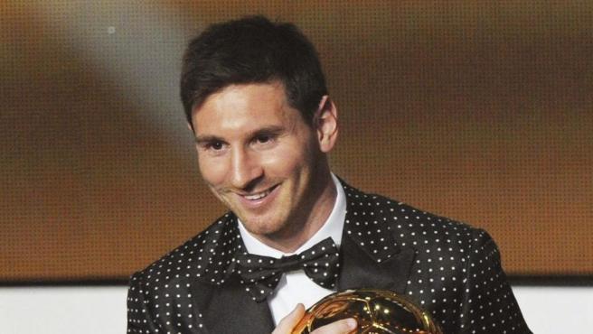 Leo Messi fue el primer jugador que consiguió cuatro balones de oro consecutivos (batió a Michel Platini que logró tres seguidos). Se hizo con el preciado galardón en las ediciones 2009, 2010, 2011 y 2012. En este gala, de nuevo volvió a llamar la atención por su atuendo, un original chaqueta de topos con pajarita a juego.