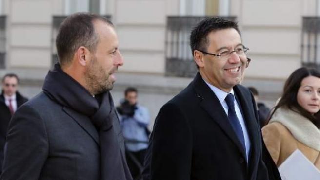 El presidente del FC Barcelona, Josep María Bartomeu, en el centro de la foto, y su antecesor, Sandro Rosell (izquierda), a su llegada a la Audiencia Nacional.