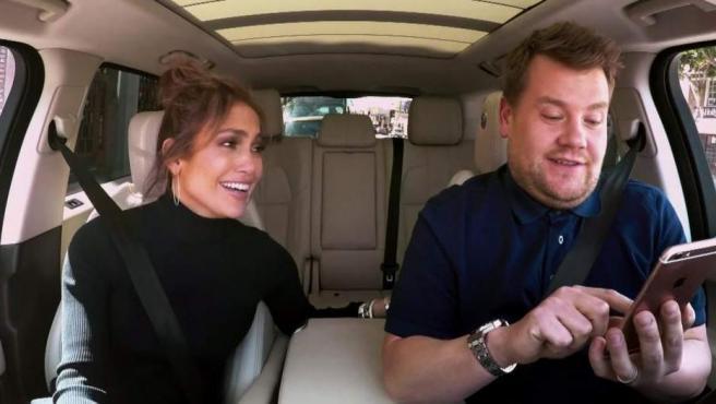 Jennifer Lopez y James Corden, en la sección Carpool Karaoke, de la CBS.