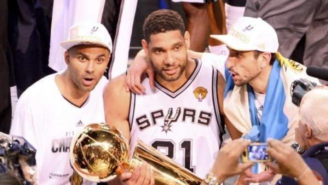 Tim Duncan (c), Tony Parker (i) y Manu Ginobili posan con el trofeo de campeones de la NBA.