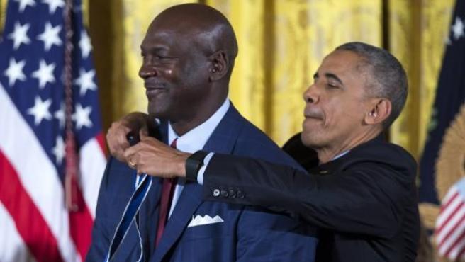 El presidente de los Estados Unidos Barack Obama (d) condecora al exbaloncestista estadounidense Michael Jordan (i) durante la ceremonia de entrega de los premios de la Presidencia Medalla de la Libertad.