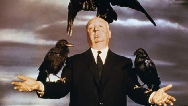 Hitchcock en una imagen promocional de 'Los pájaros' (1963)