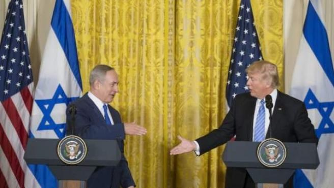 El presidente de EE.UU., Donald J. Trump (d), estrecha la mano del primer ministro israelí, Benjamin Netanyahu (i), durante una rueda de prensa conjunta en la Casa Blanca.