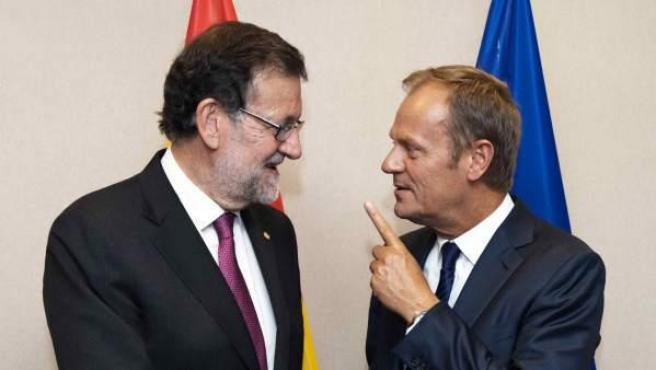 Mariano Rajoy saluda al presidente del Consejo Europeo, Donald Tusk. (Archivo)