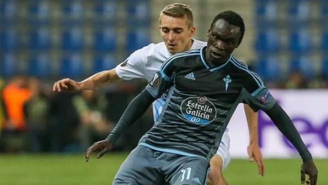 Pione Sisto protege el balón en el Celta - Genk de la Europa League.