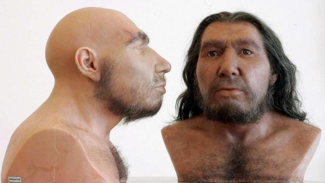 Dos recreaciones de hombres neandertales.