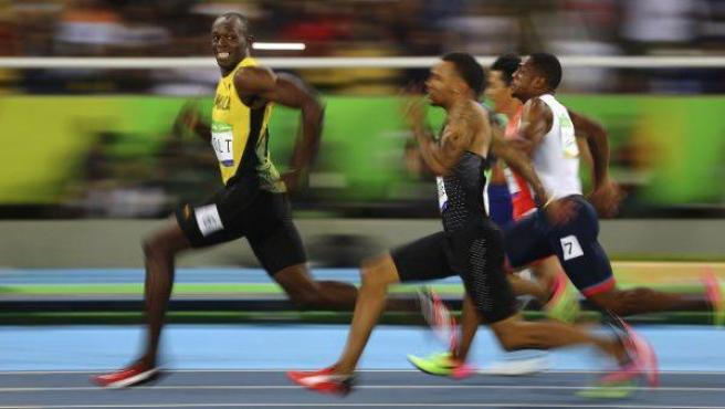 La instantánea ganadora del tercer premio World Press Photo en la categoría de Deporte, del fotógrafo de la agencia Reuters Kai Oliver Pfaffenbach. La imagen muestra el instante en el que el atleta jamaicano Usain Bolt (i) sonríe a la cámara mientras deja atrás al resto de competidores, durante la semifinal de los 100 metros lisos de los Juegos Olímpicos celebrados en Río de Janeiro (Brasil).