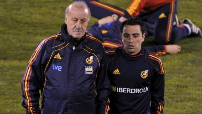 Vicente del Bosque, junto a Xavi.