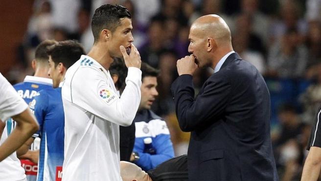 El entrenador del Real Madrid, Zinedine Zidane, conversa con Cristiano Ronaldo (i).
